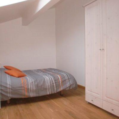 l'armoire avec penderie et étagères