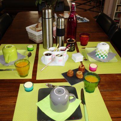 Petit-déjeuner pour trois personnes